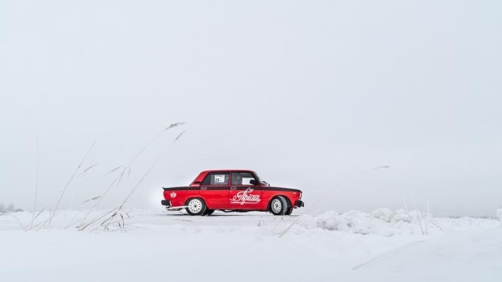Омич собрал из старых «Жигулей» машину для дрифта с логотипом советских сигарет