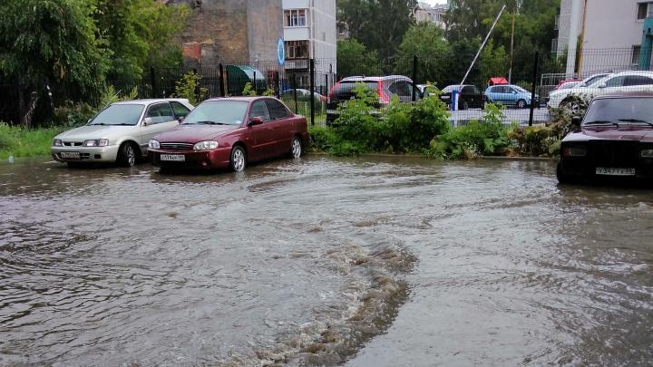 Как поплавали? Улицы Екатеринбурга затопило июльским ливнем