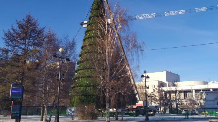На Театральной площади закончили монтаж елки