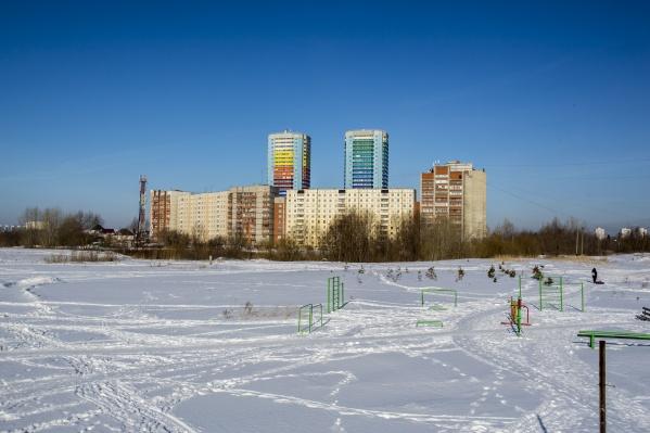 Сейчас на берегу котлована есть небольшая спортивная зона