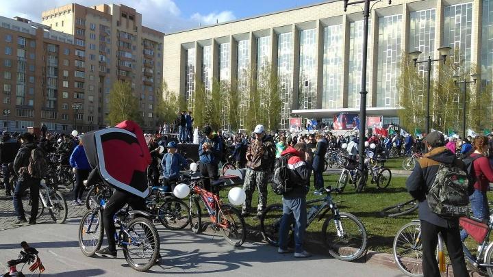 Тысячи велосипедистов поехали по перекрытым улицам Новосибирска