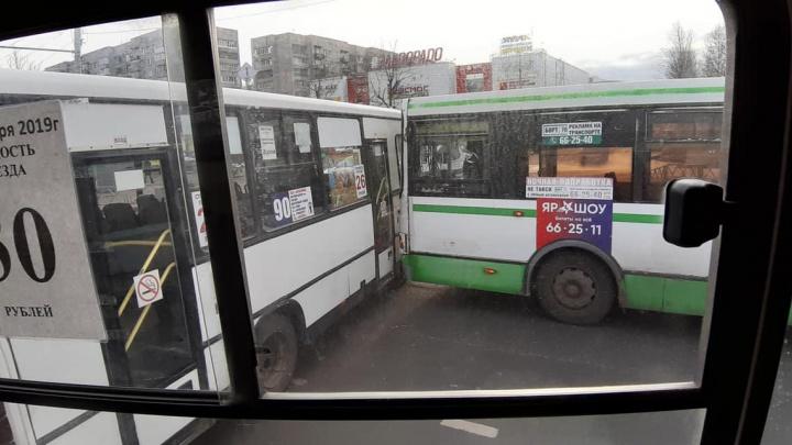 Автобусы vs маршрутки: авария общественного транспорта в Брагино перекрыла проезд
