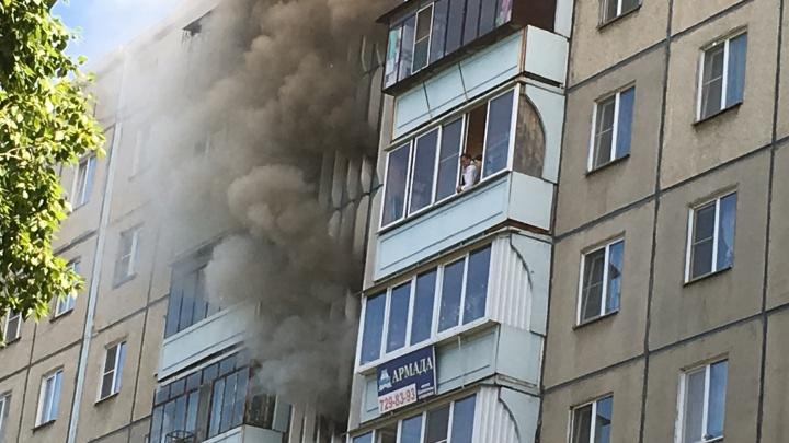 «Люди не могут выйти из квартир»: на Северо-Западе Челябинска — крупный пожар
