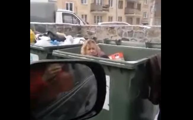 Надоела: новосибирец выбросил женщину в мусорный бак во дворе