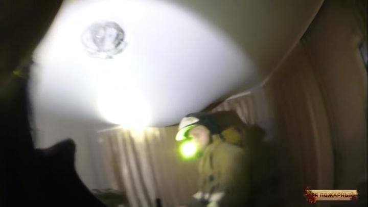 Омский пожарный снял на видео, как во время тушения крыши натяжной потолок спас комнату от потопа