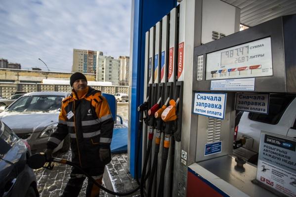 Бензин марки АИ-92 в среднем подорожал на 23 копейки