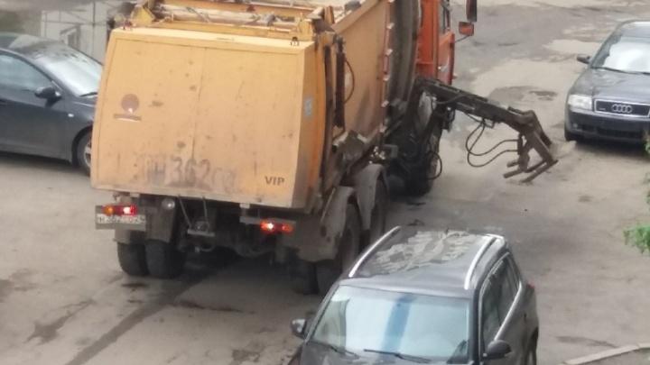 «Ручкой погладил»: неисправный мусоровоз изуродовал иномарку во дворе в «Северном»