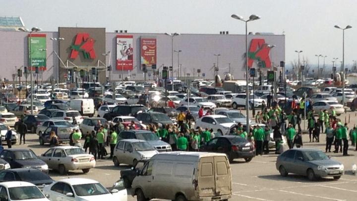 «Продавцы еще на улице»: волгоградцев эвакуировали из строительного гипермаркета в Советском районе