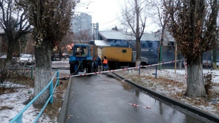 «Жалуйтесь хоть губернатору»: в Волгограде «свечки» на Калинина заливает водой, люди — без отопления