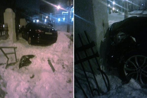 У машины деформировался капот, и она увязла в сугробе