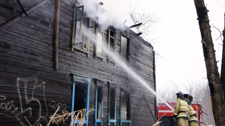 На улице Ирендык в Уфе загорелся двухэтажный барак