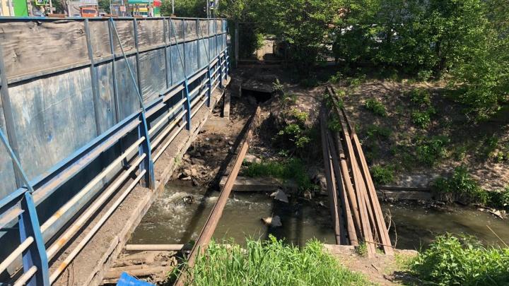 Старый сломанный мост через реку Бугач отремонтируют за 16 миллионов