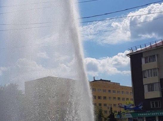 В Уфе в центре города забил фонтан