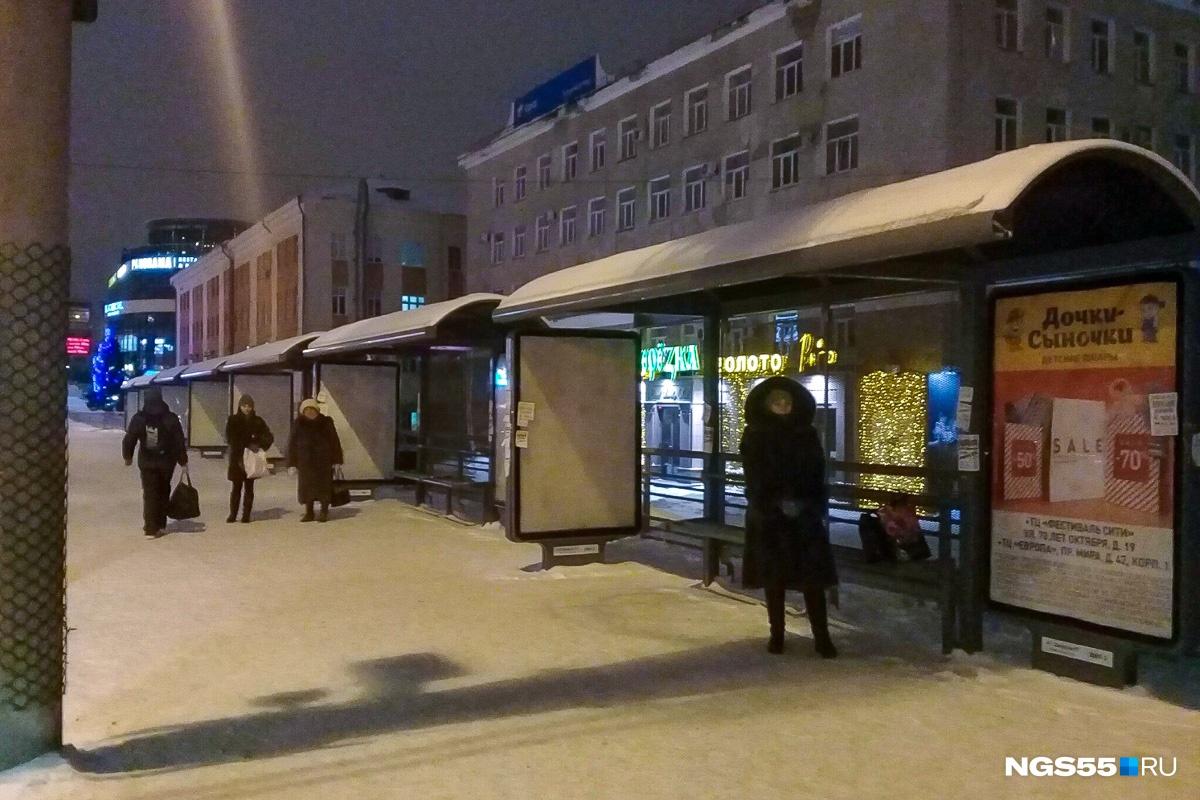 Люди не теряли надежды дождаться транспорта. Фото Олеси Шулицкой