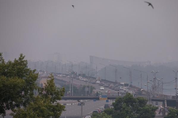 Дымка в небе Красноярска в июле