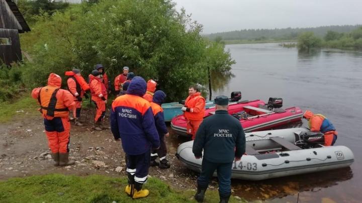 Вода поднялась на 38 сантиметров: на севере области продолжают искать людей из перевернувшейся лодки