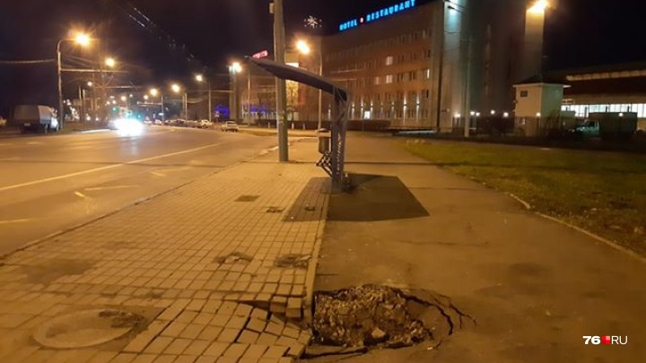 В Ярославле на остановке, где мужчина провалился под землю, расползается новая яма