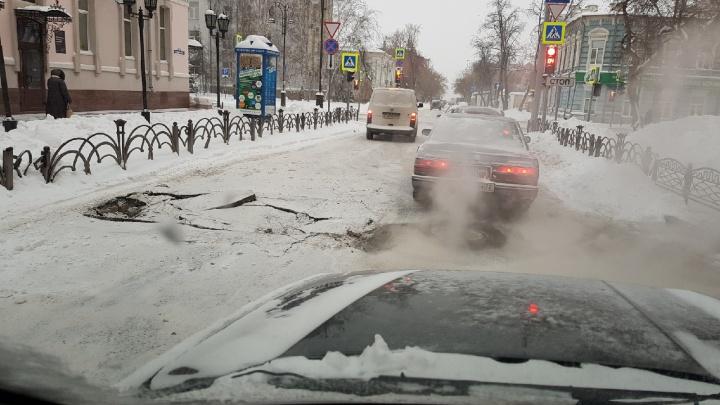 В Тюмени на Семакова провалился асфальт. Водители объезжают вынужденное препятствие