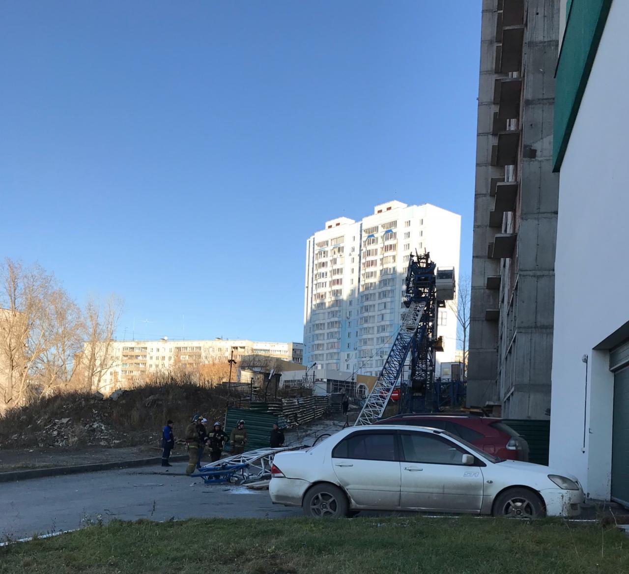 Конструкция упала рядом с припаркованными машинами