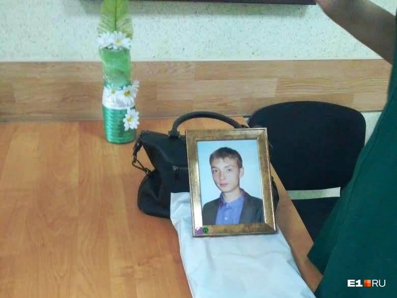 Мама Димы принесла на заседание фотографию сына