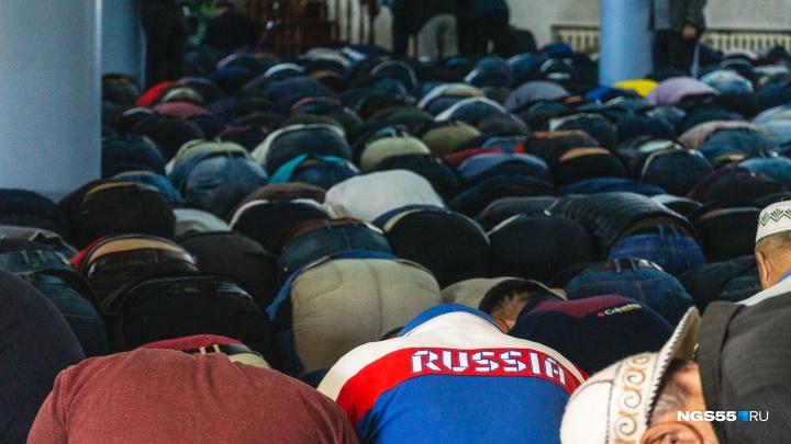 Сотни верующих, жертвоприношения и общая молитва: фоторепортаж с Курбан-байрама в Омске