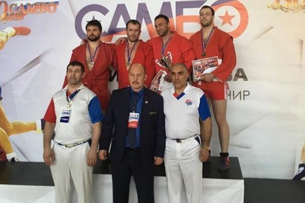 Одну из золотых медалей в копилку команды принёсАльсим Черноскулов (второй слева в верхнем ряду)