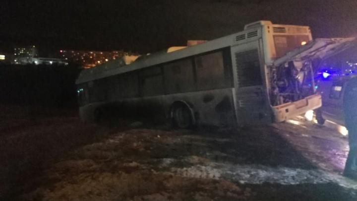 В Волгограде водителя раздавило при попытке догнать укатившийся автобус