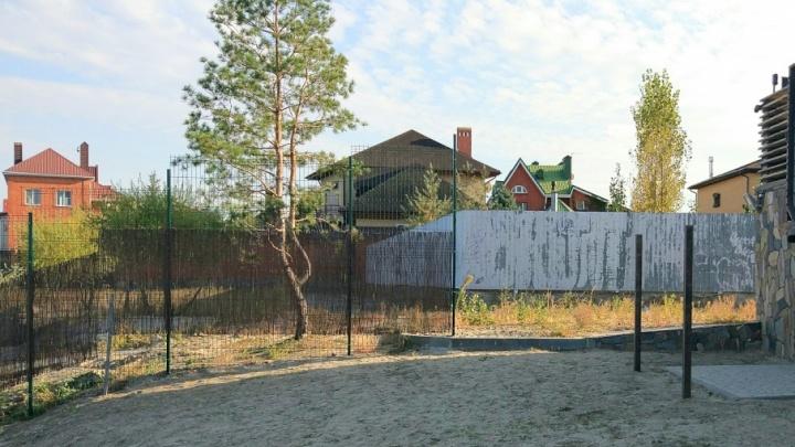 Суд обязал бизнесмена из Батайска убрать забор, перегородивший дорогу к Соленому озеру