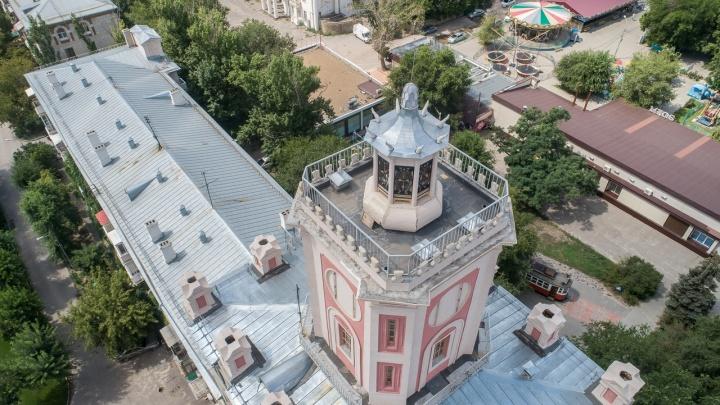 «Они еще вернутся»: в Волгограде после капитального ремонта растрескались колонны на башне Масляева