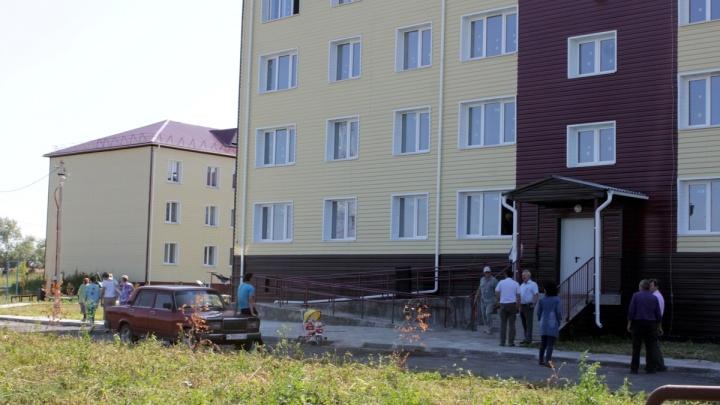 В Макушино сироты получили ключи от новых квартир в 32-квартирном доме