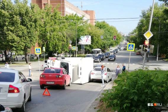 Машины объезжают место ДТП по встречной полосе