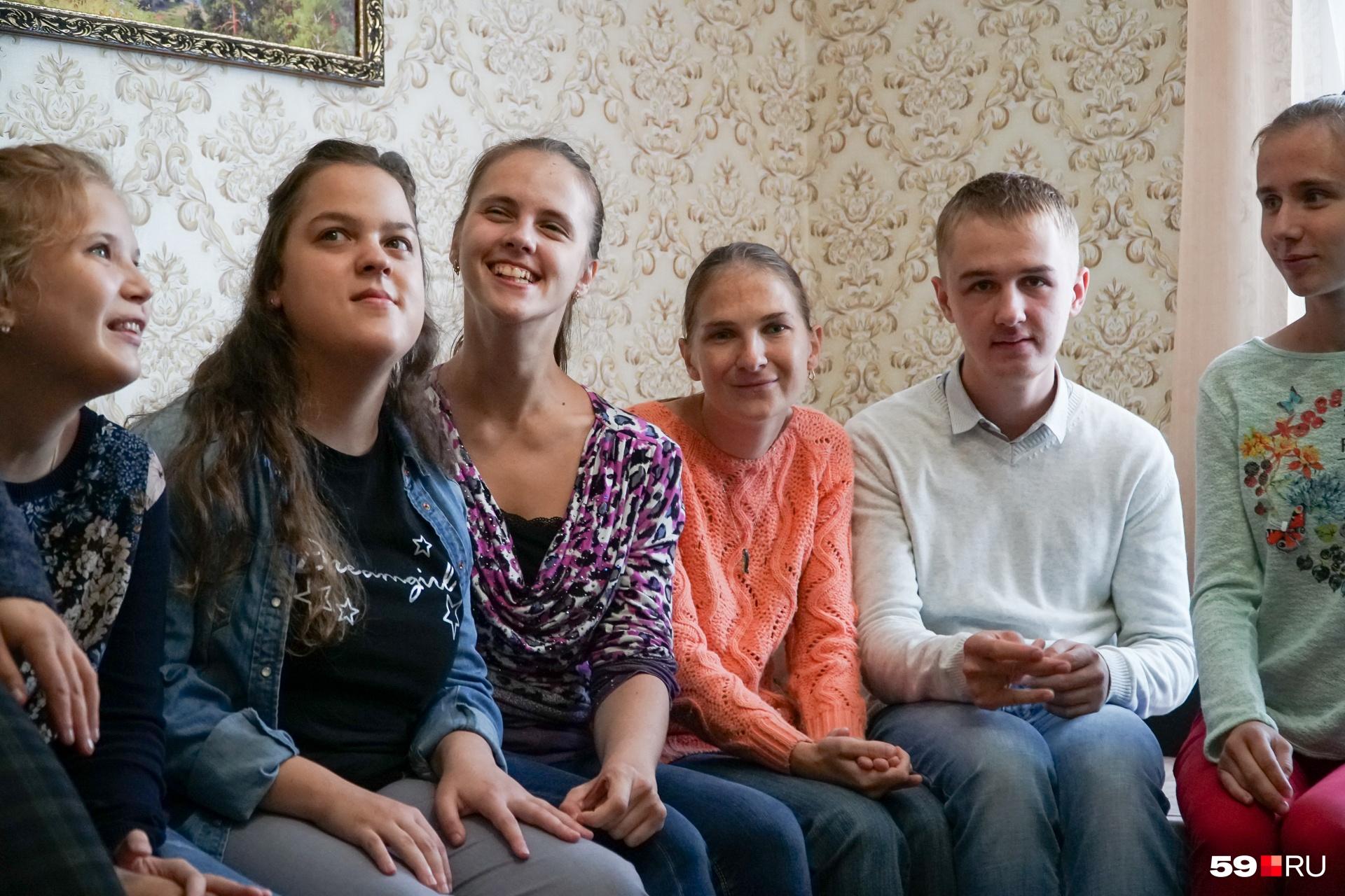 Кирилл в окружении своих подруг — участниц проекта «Смогу жить сам»