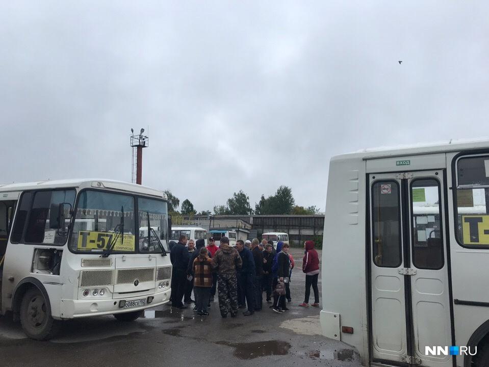 Работники предприятия часами стоят возле своих автобусов, но, по их словам, в рейс их не выпускают