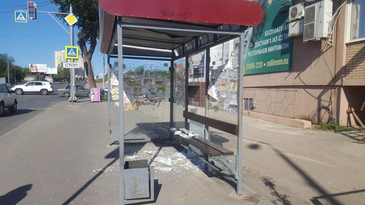«Ночной акт вандализма»: у «Космопорта» вдребезги разнесли остановку