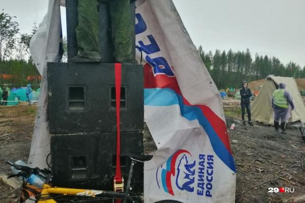 Колонки, которые залило водой перед прямой линией. Так лагерь на Шиесе остался без речей Путина. И, кажется, никого это не расстроило