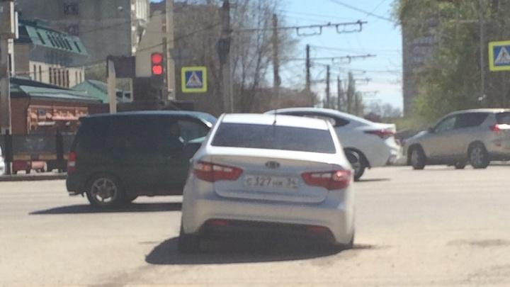 «Переднее колесо пробил, задним провалился»: в Волгограде иномарку «поймал» открытый колодец