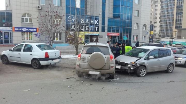 Водитель «Тойоты» внезапно решил припарковаться и спровоцировал аварию из трёх машин