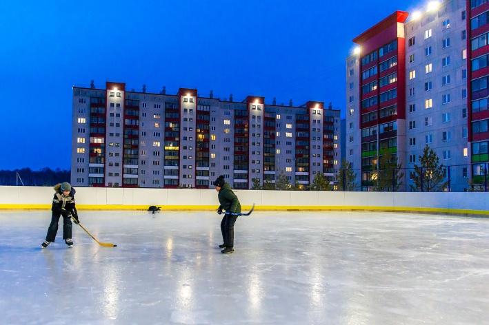 Жильцы устраивают праздники во дворах, проводят соседские мероприятия и турниры по хоккею на местном корте