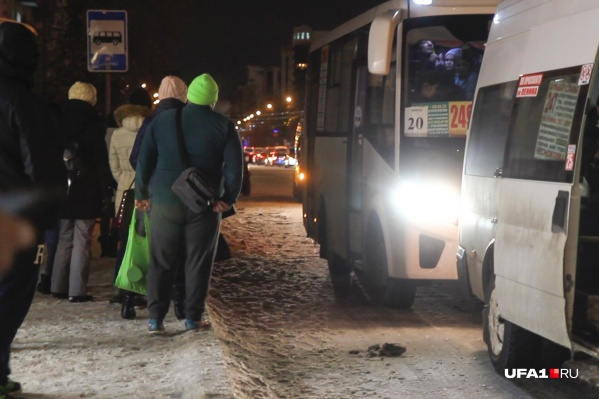 Горожане в основном жалуются на нехватку автобусов и маршрутов, многим приходится регулярно добираться до пункта назначения с пересадкой