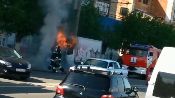 В Волгограде рядом с администрацией сгорела грузовая «Газель»: видео