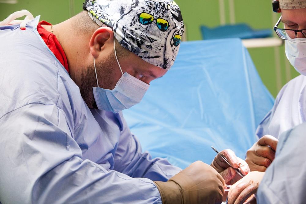 В день травматолог выполняет в среднем по 3–5 операций