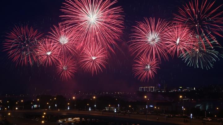 Этот город — огонь! Лучшие фото праздничного салюта в честь Новосибирска