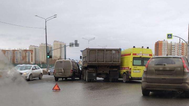 «Хотел пересечь шесть полос»: очевидцы назвали виновника ДТП с участием скорой, КАМАЗа и минивэна