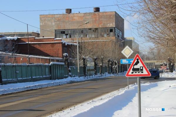 Поезда, обслуживающие фабрику, уже не ходят, а знак по-прежнему стоит