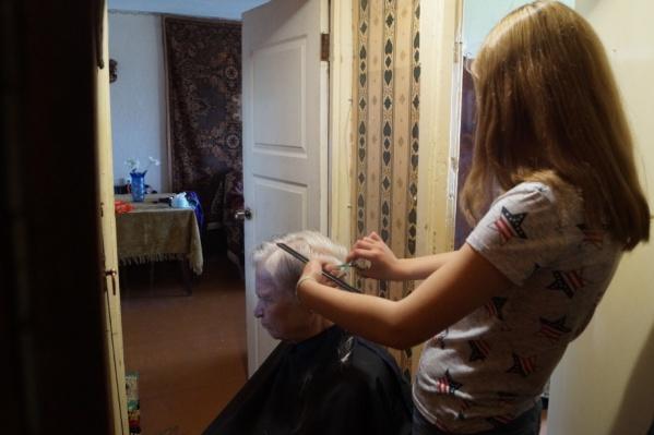 Трудные подростки и ребята, попавшие в трудную жизненную ситуацию, бесплатно учатся парикмахерскому искусству и подстригают пожилых людей, инвалидов, малообеспеченных
