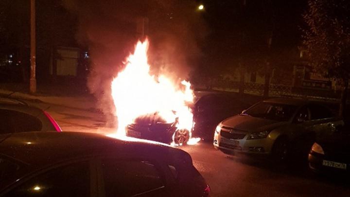 В Дзержинском районе Ярославля ночью вспыхнула «Камри» с красивыми номерами