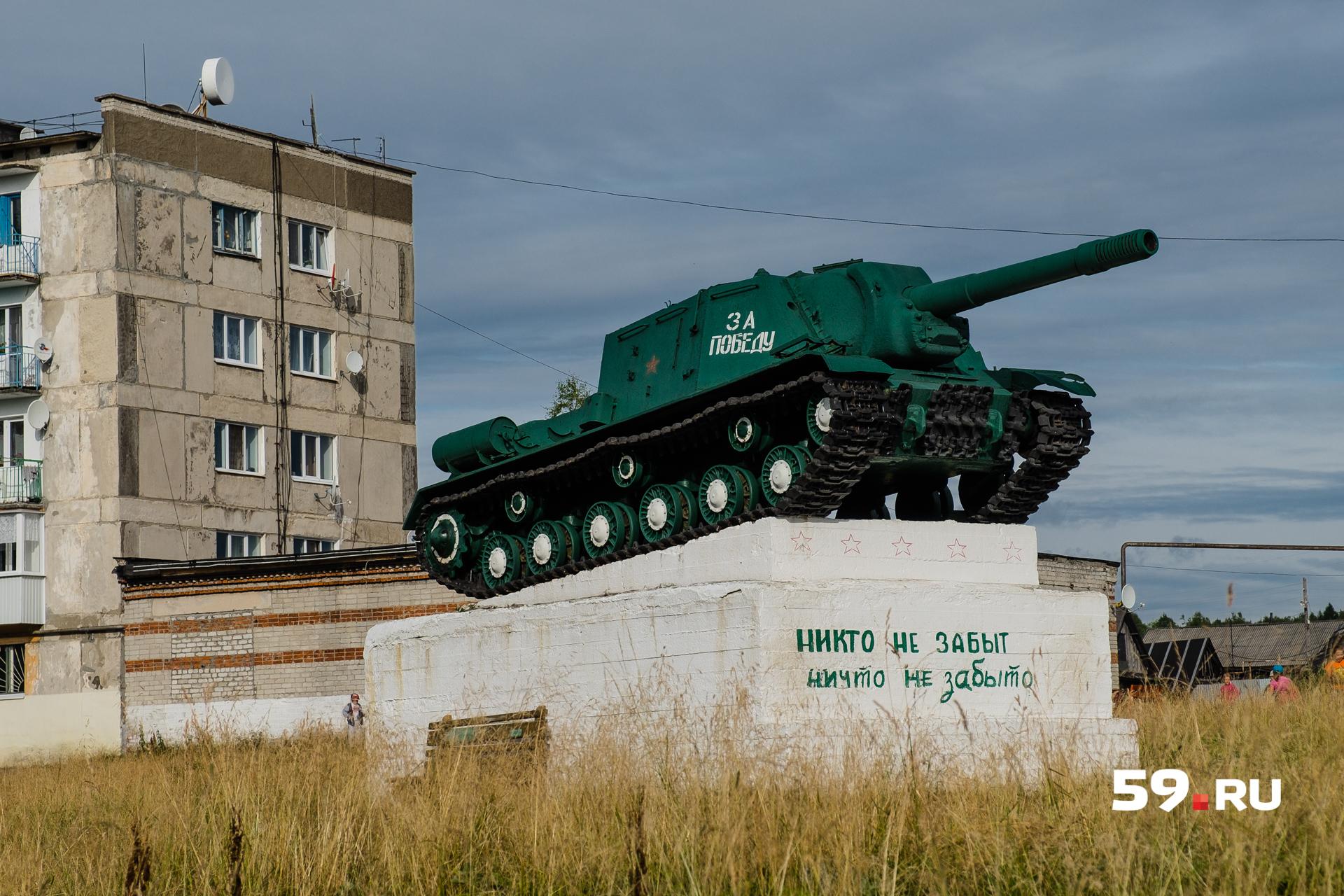 Возле разрушенных зданий — памятник, посвященный Великой Отечественной войне