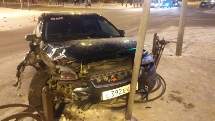 Машины раскидало по дороге: в аварии в центре Тюмени пострадали двое