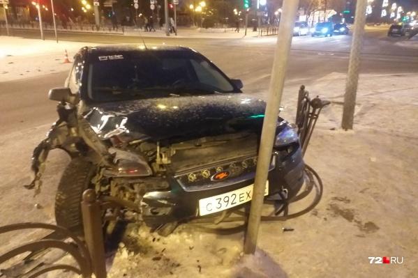 Иномарка въехала в бок автомобиля Lada, а потом отлетела в дорожный знак