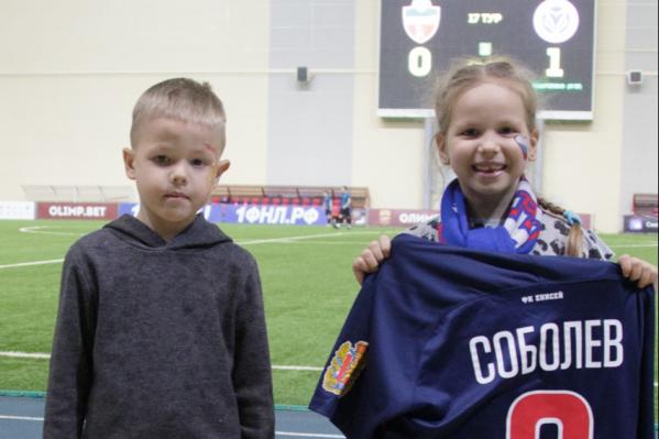 Футболку вручили детям победителя аукциона